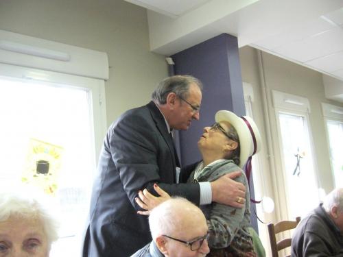 A Ma calade Yvette Perrier 80 ans a appelé son maire le gamin de son quartier pour avoir une bise.JPG