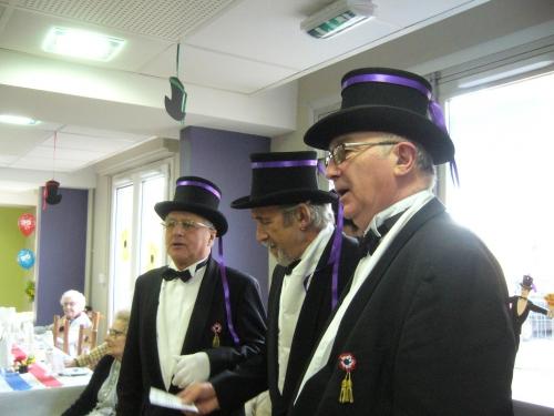Maurice Simonot chante avec sa classe.JPG