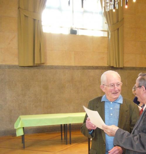 En 2011 à l'Atelier Roger reçoit un diplôme pour sa fidélité à l'UNRPA du président parisien.JPG