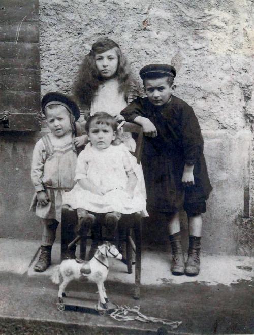 julie jean claude et paul sur porquerolles en 1912-1913.jpg