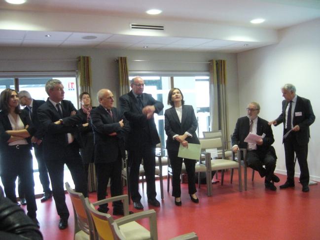 le maire + guilloteau et les deux ministrices + le sous préfet.jpg