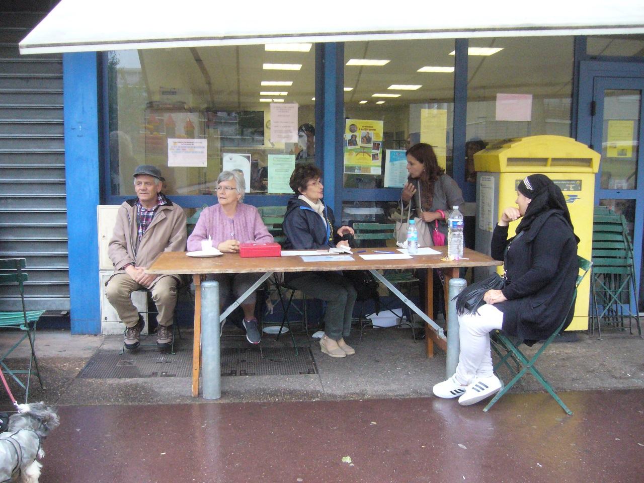 fdq 31 jacques madeleine le dr helene quiniou du conseil citoyen apprecie de dialoguer avec les gens du quartier.jpg