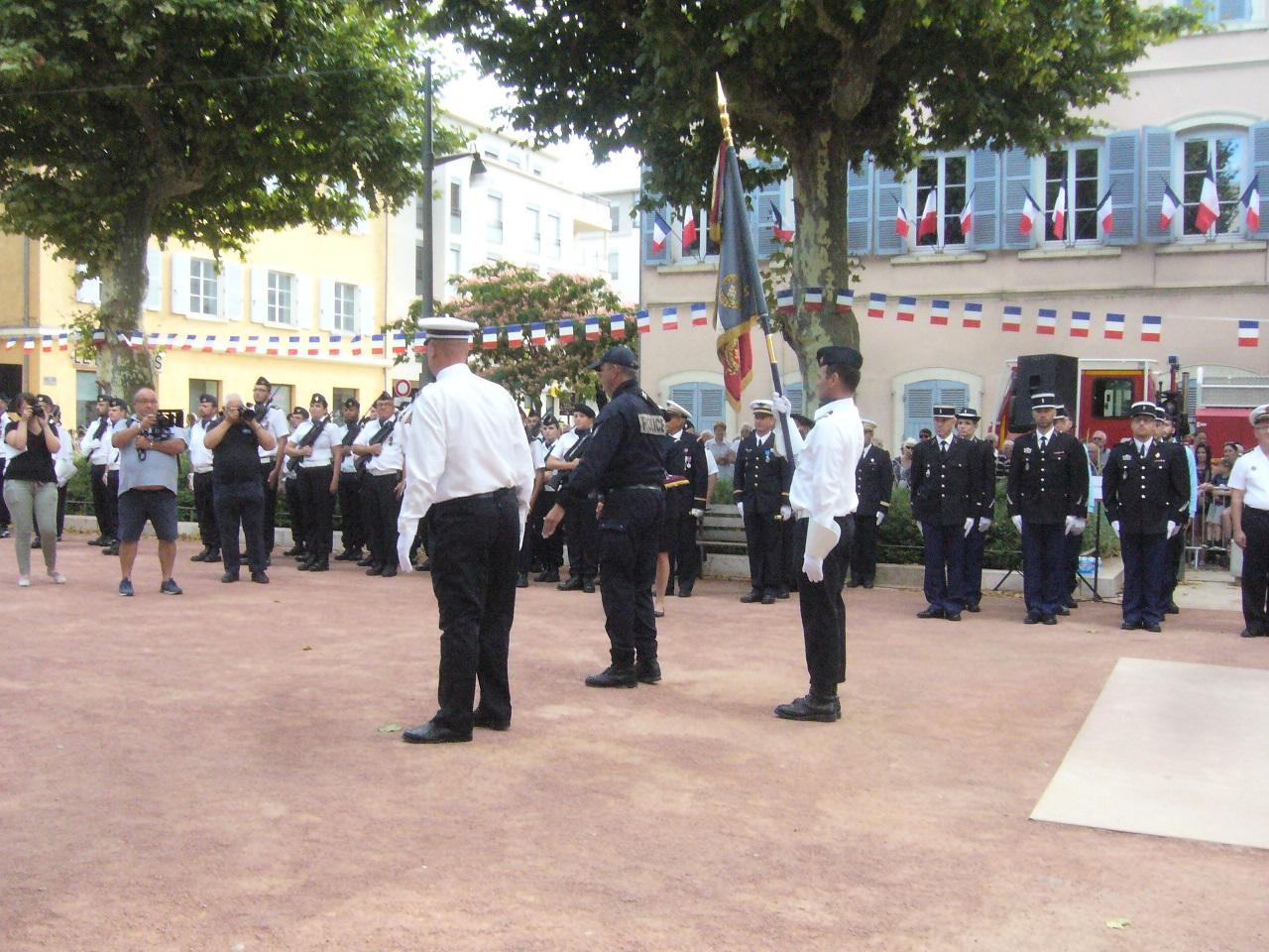 14 07 14 policiers qui vont etre decores.jpg