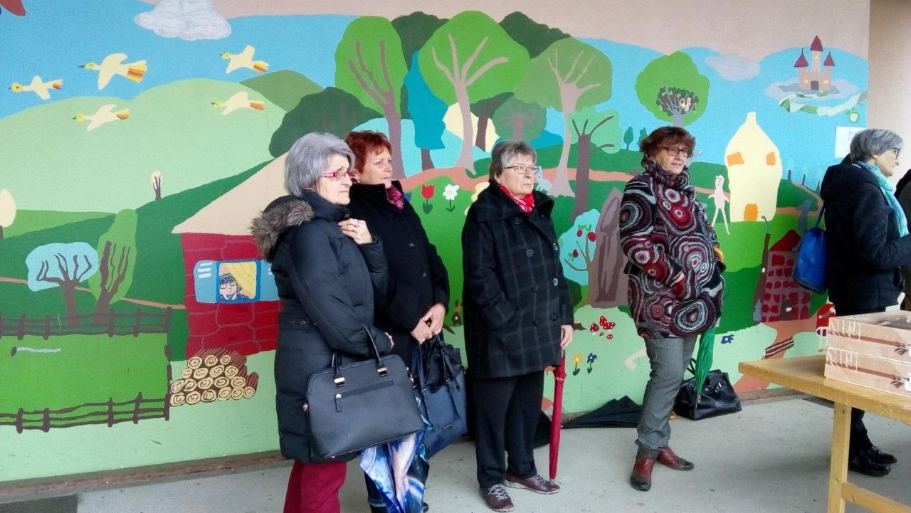 gleize aines  assistent à la plantation de l'arbre de la solidarité école Doisneau.jpg