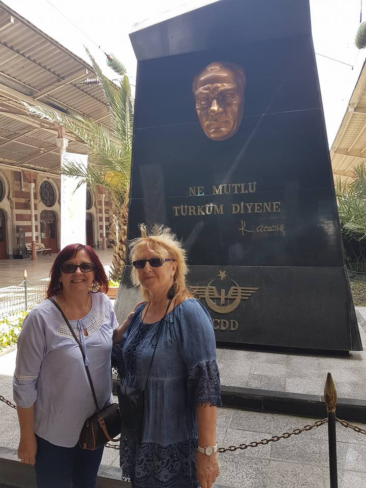 dans la gare d'istanbul devant la statue d'un héros du pays avec christiane.jpg