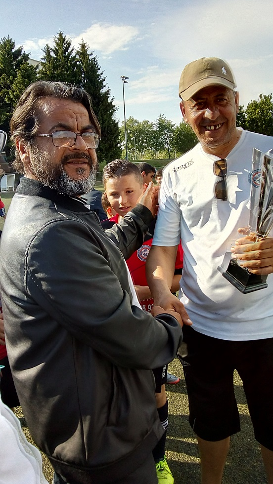 le president remet la coupe des champions au coach de villeurbanne.jpg