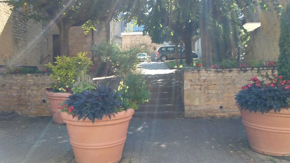 cote eglise petit jardin et ses bancs.jpg