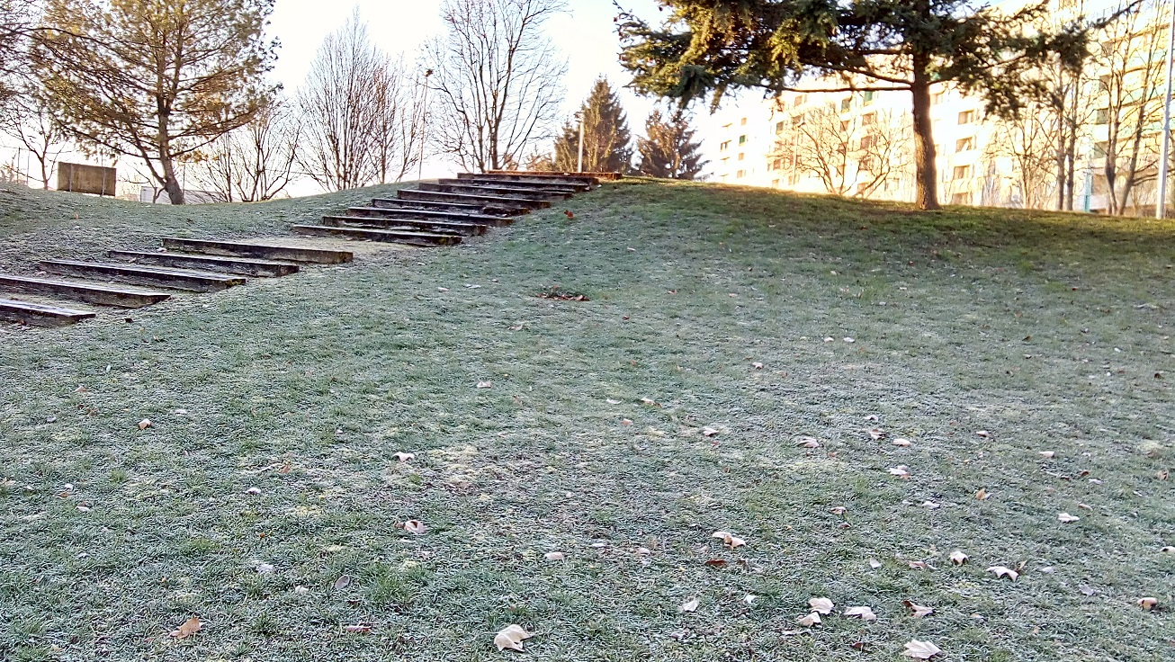 escaliers derrière leglise vue barre des cygnes bas maison de quartier dautrefois.jpg