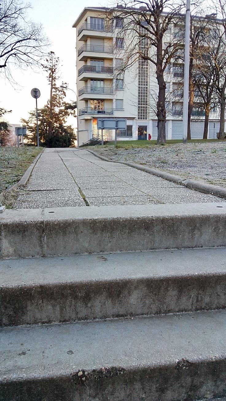 passage pieton depuis immeuble agglo reliant derriere eglise.jpg