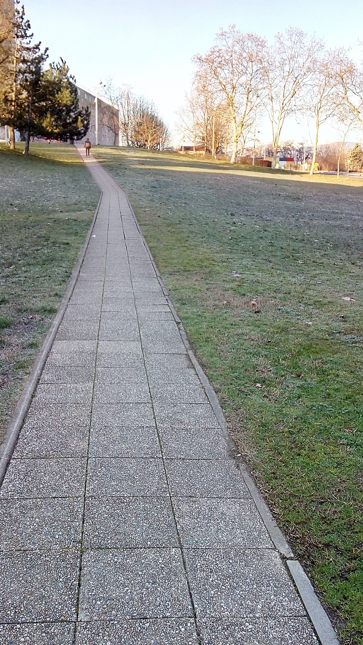suite passage piéton derrière l'église parc à droite et on aperçoit l'école Pierre Montet.jpg