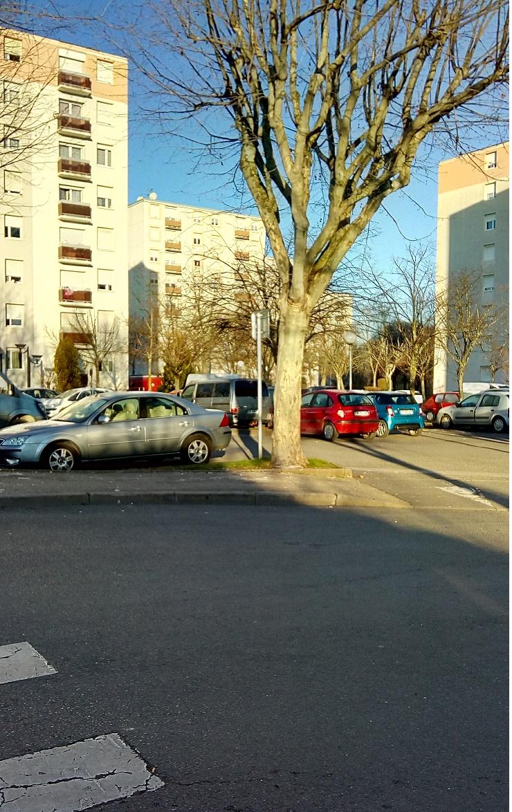 arriere rue h boucher immeubles pierre montet chaque immeuble a ses parkings.jpg
