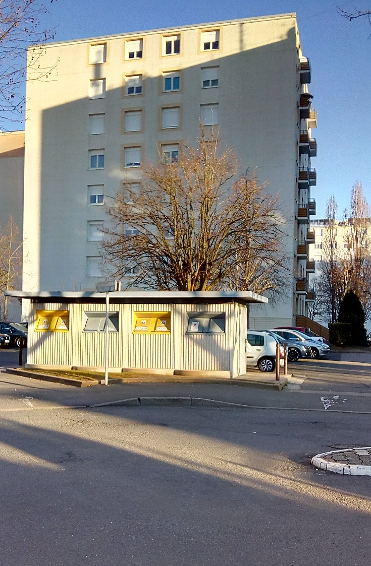 devant les 222 224 rue H Boucher containers abrites juste après un ramassage.jpg