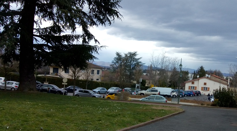 Limas au dessus du bourg en allant au groupe scolaire vue sur les monts du beaujolais.jpg