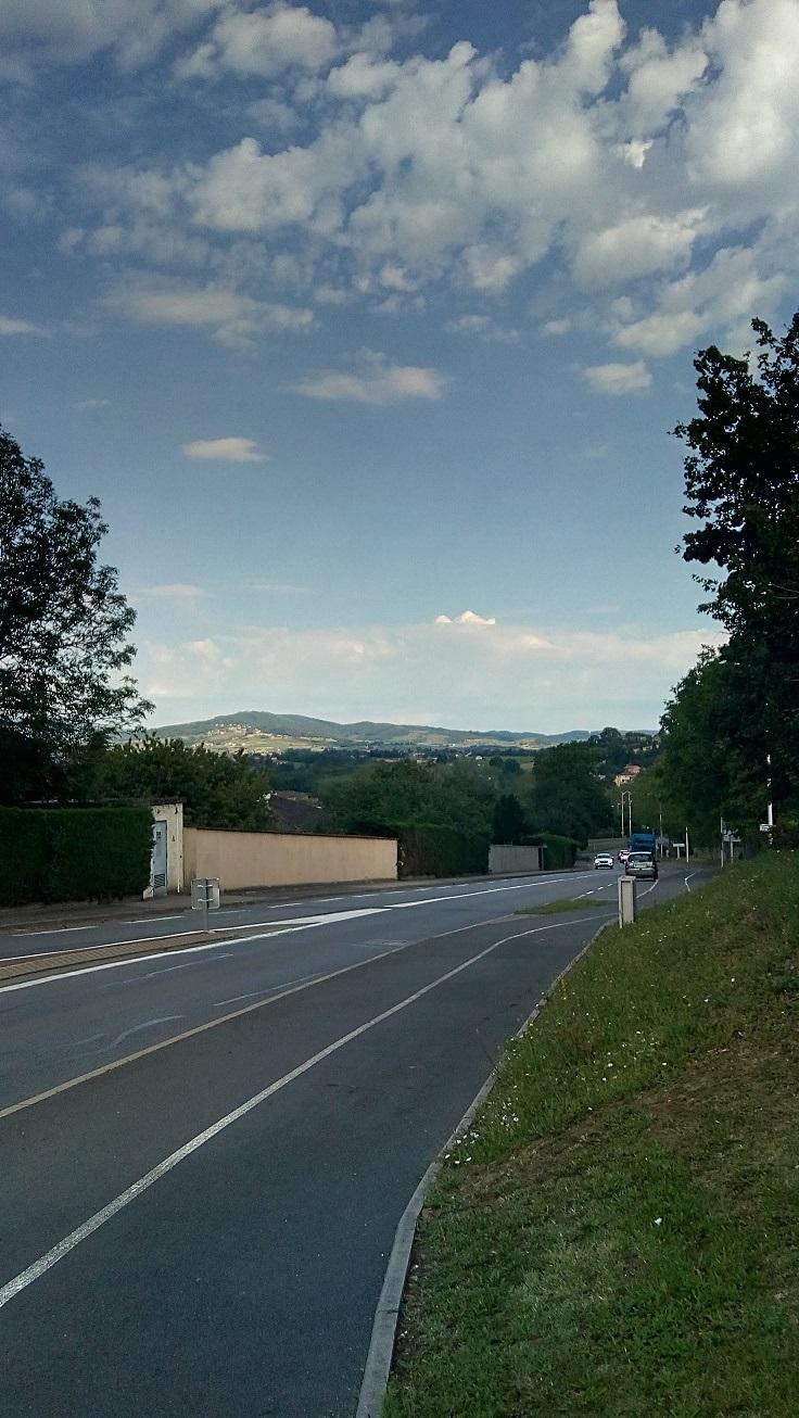 le chemin du loup arrive au croisement villefranche gleizé sous le collège de Limas vue imprenable.jpg