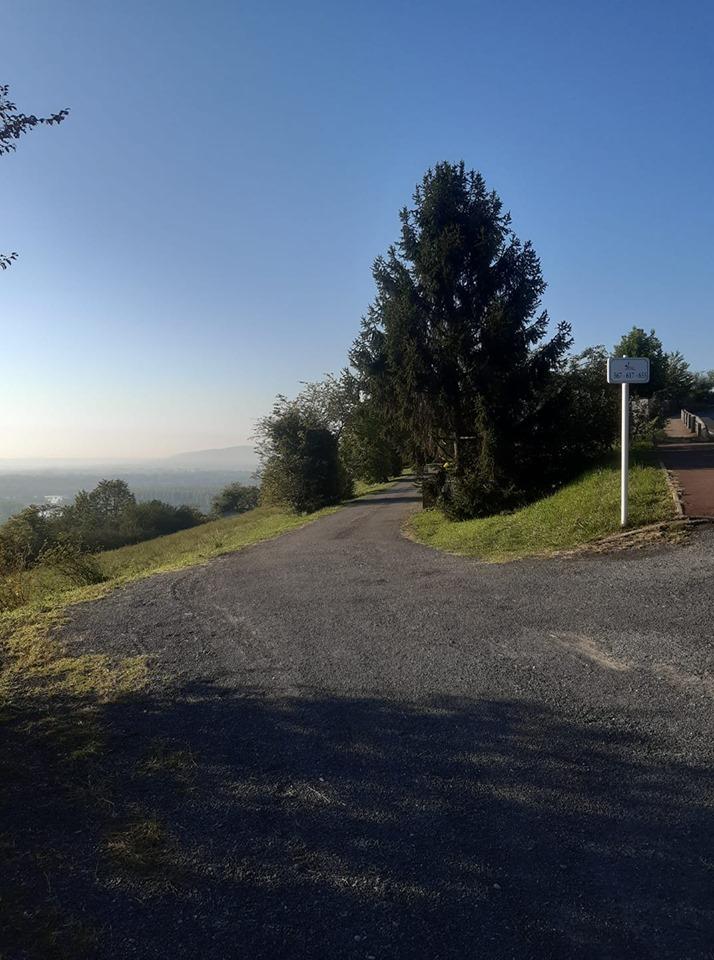 colline de limas les petits chemins conduisent aux propriétés ou ..sur la RN....jpg