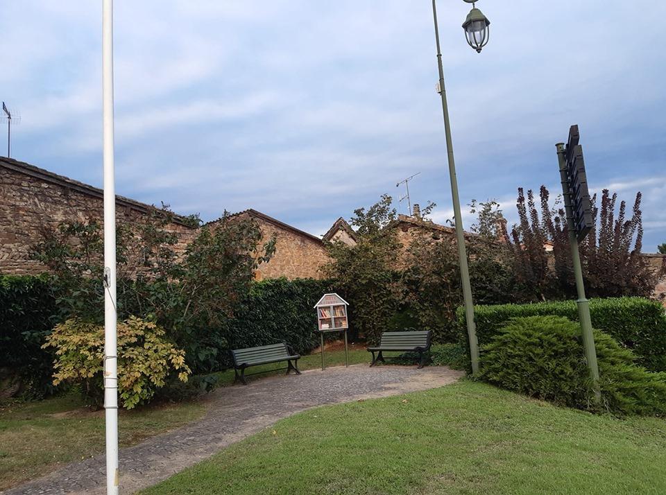 placette boite à livres à droite de la mairie Limas et deux bancs bien à l'abri.jpg