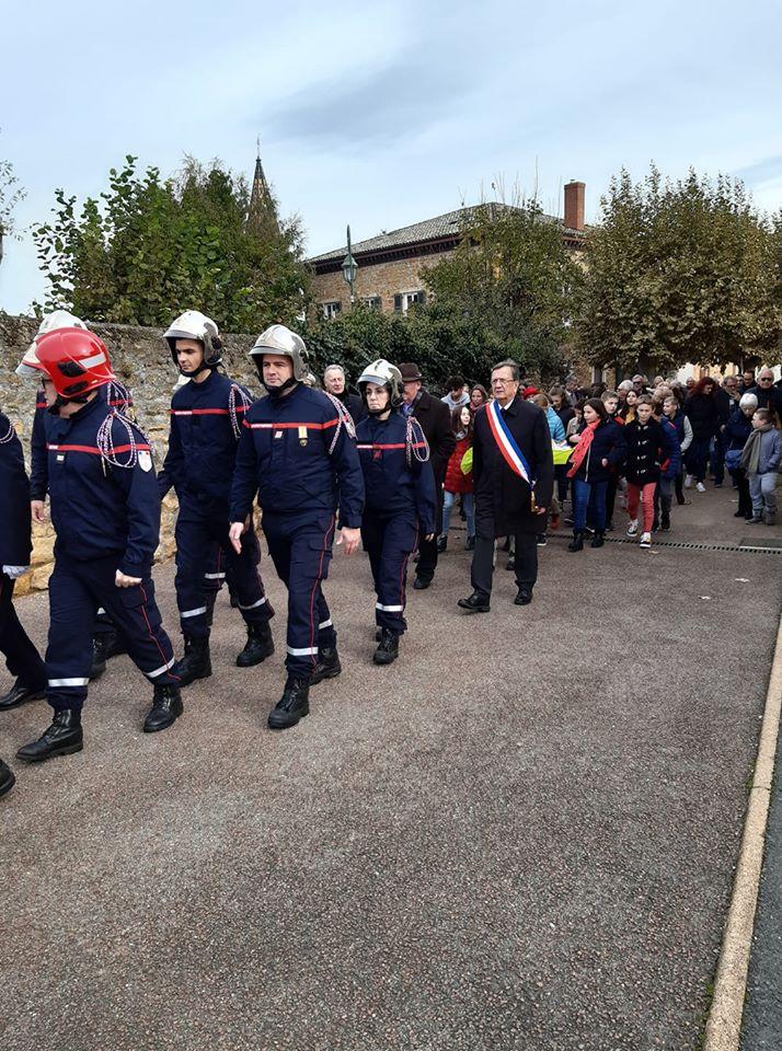11 11 2019 le cortege demarre de la mairie par les porte drapeaux pompiers jsp et le maire.jpg