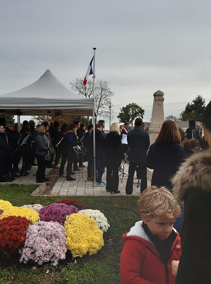 11 11 2019 on pareçoit le maire de limas au monument aux morts.jpg