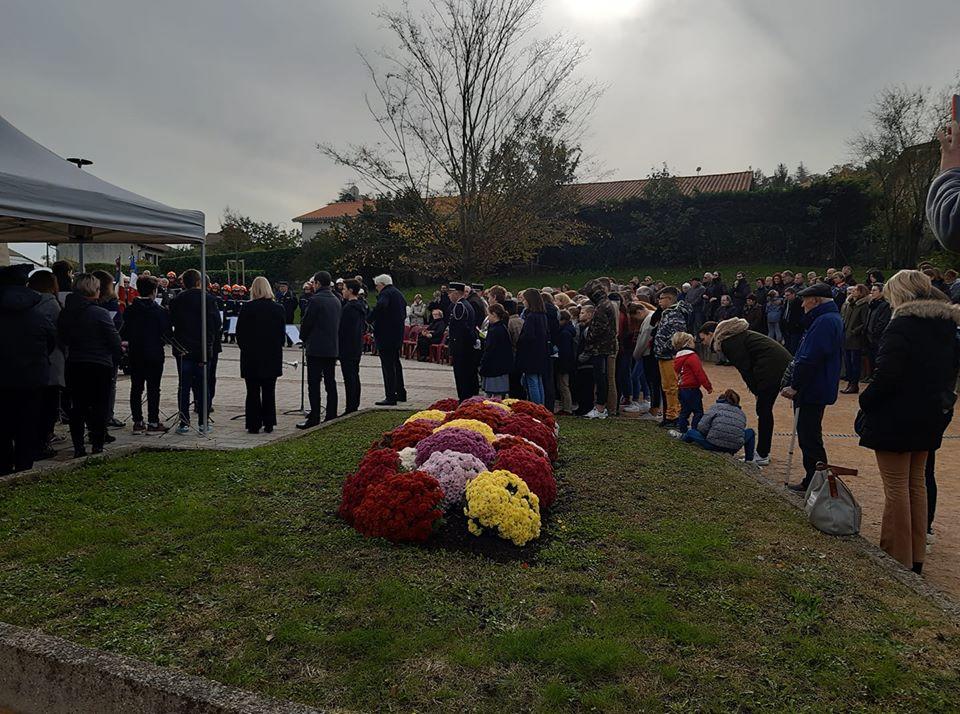 11 11 2019 Limas autour du monument aux morts au moins 300 personnes dont la fanfare les pompiers et jsp de villefranche.jpg