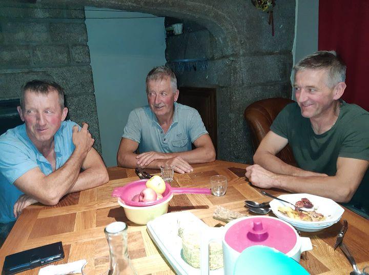 aout 2021 Bugeac Stephane Jacques et Alain Nauton chez leurs parents maison Cubizolles.jpg