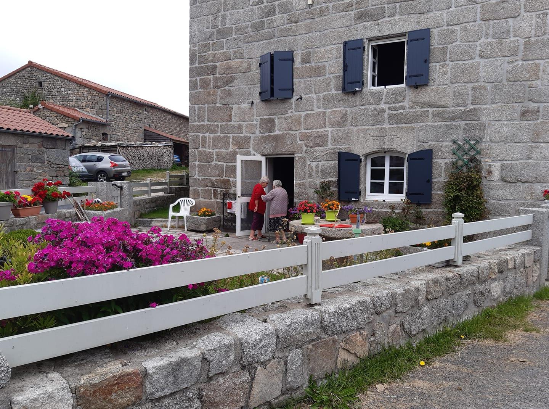 aout 2021 devant la maison Cubizolles dans laquelle vit Marguerite et ou avec Jeannot ils ont élevé leur 7 enfants totalement rénovée en préservant les pierres.jpg