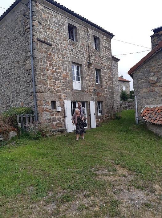maison Plantin du Mazel Laurent et sa grand mère aout 2021.jpg