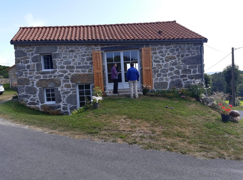 Devant chez cédric Nauton petit fils de Pierre et Josette Le mazel aout 2021 ici Josette et mon frère Gilbert.jpg