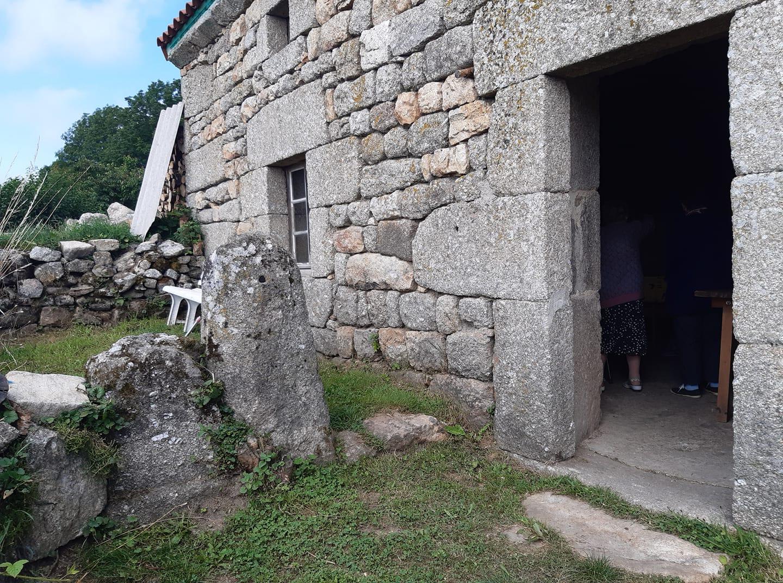 L'entrée de la Maison de la soeur au Mazel avec son petit jardin et un banc pour le repos des promeneurs aout 2021.jpg