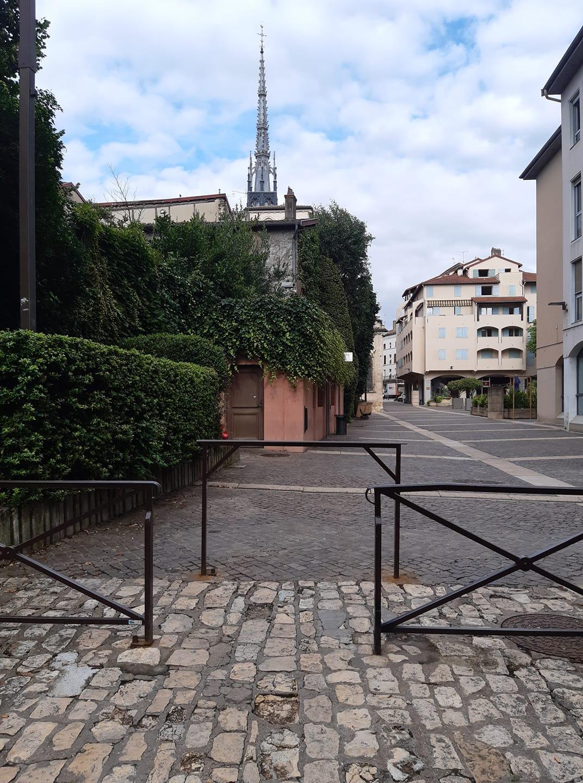 Square de Bühl vue arrière collégiale place des Marais et tout droit la rue nationale 31 07 2021.jpg