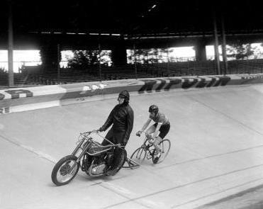 BSA photo JP Juge 1954 présentation nouvelle moto au Parc des Princes Lavalade O424-15 - Copie_crop.jpg