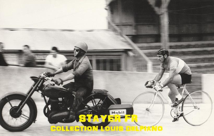 Sur la piste du vélodrome Lombard à Cavaillon, derrière  moto commerciale