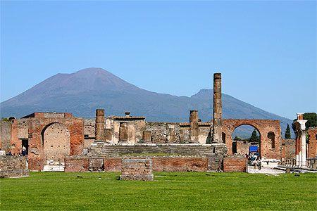 Pompéi, avec en arrière plan le Vésuve