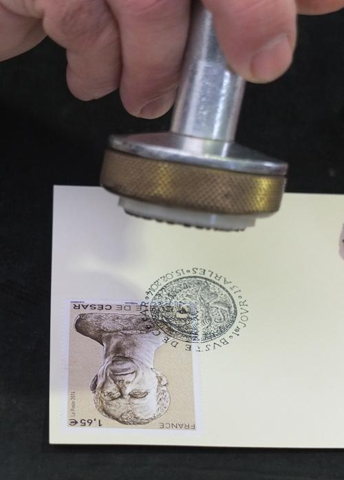 2014 02 15 Arles PJ TP Apposition du timbre spécial Buste César (3) copie.jpg