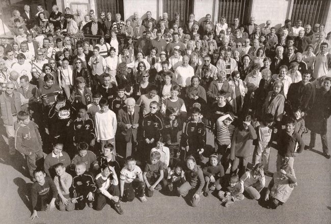 2006 Journal le Midi Libre la photo rassemblant 72 associations du village d'Aramon