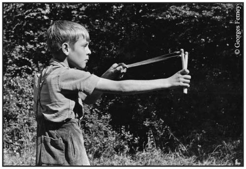 garçon lance pierres 2.jpg