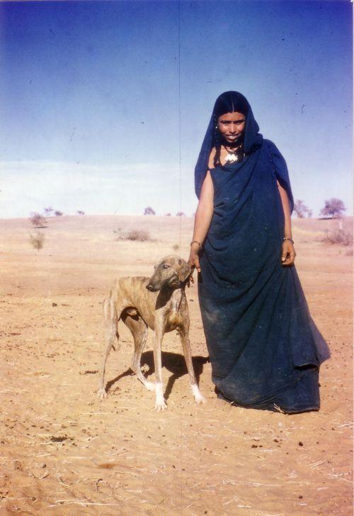 femme dahoussahaq très attachée à ses chiens, et ayant cédé un chiot à Maryvonne et Renato Parigi