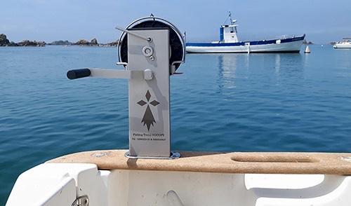 Le Fishing Treuil Nocopy, sur photo le support est adapté pour une pose sur un chaumard traversant. Il existe plusieurs autres type de supports Contactez le fabricant.