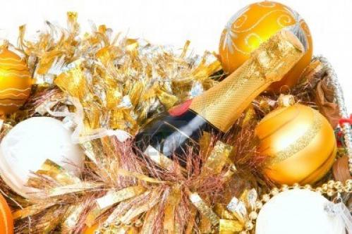 8135570-decoration-du-nouvel-an-dans-un-panier-en-bois-avec-main-cloches[1].jpg