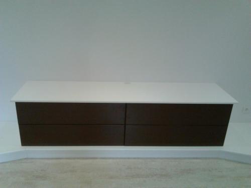meuble TV laqué blanc et chocolat sur estrade3.jpg