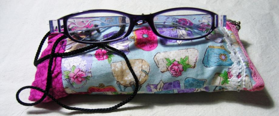 Etui à lunettes avec une poche pour le nécessaire de nettoyage