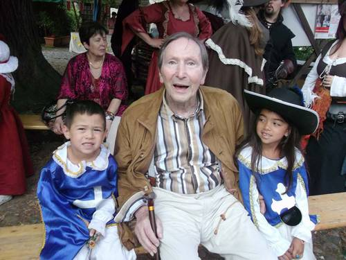 Claude et les enfants.jpg