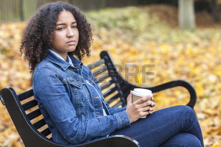 50404360-belle-m-tisse-africaine-fille-adolescent-am-ricain-femme-jeune-femme-livraison-de-boire-du-caf-en-de.jpg