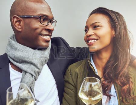 46626184-romantique-jeune-branche-am-ricaine-africaine-couple-s-ance-dans-le-bras-profiter-verres-de-vin-blan.jpg