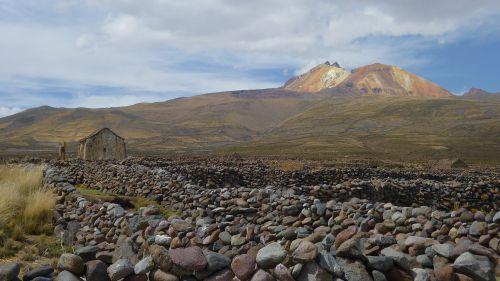 Enceinte de pierre au pied du volcan Tunupa