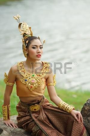 22062921-belle-dame-thai-thailandais-robe-de-theatre-traditionnel-posant-dans-la-foret-de-la-verdure-dans-le-.jpg