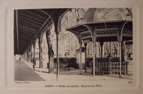 03 Vichy Allée couverte - Source du Parc.