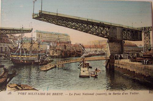 29 Brest - Le pont National ouvert pour la sortie d'un voilier.