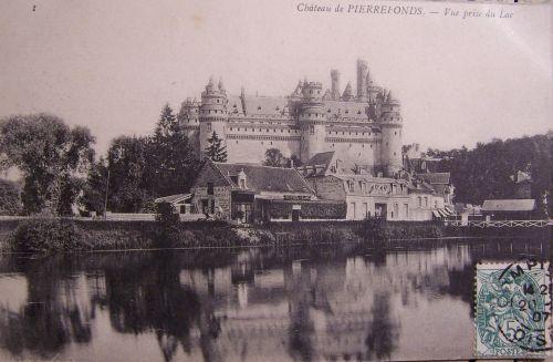 Pierrefonds- Le château - vue prise du lac