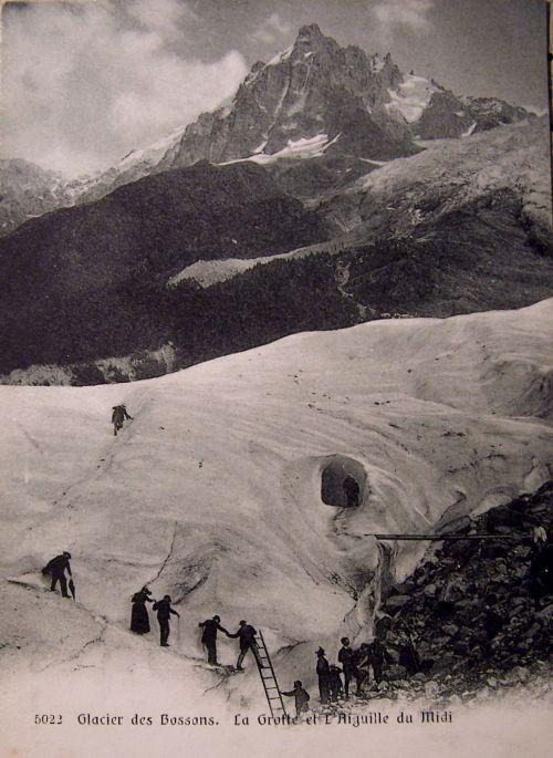 Chamonix - Glacier des Bossons - la grotte et l'aiguille du midi
