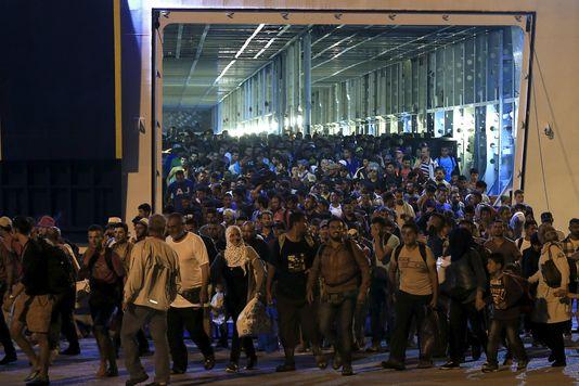 4744076_7_58c4_des-migrants-arrivent-au-port-du-piree-pres_922ef907e935b37fa887167e40eed9e7.jpg
